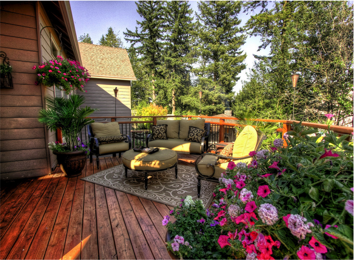 10 beautiful decks homespree for Beautiful garden decking