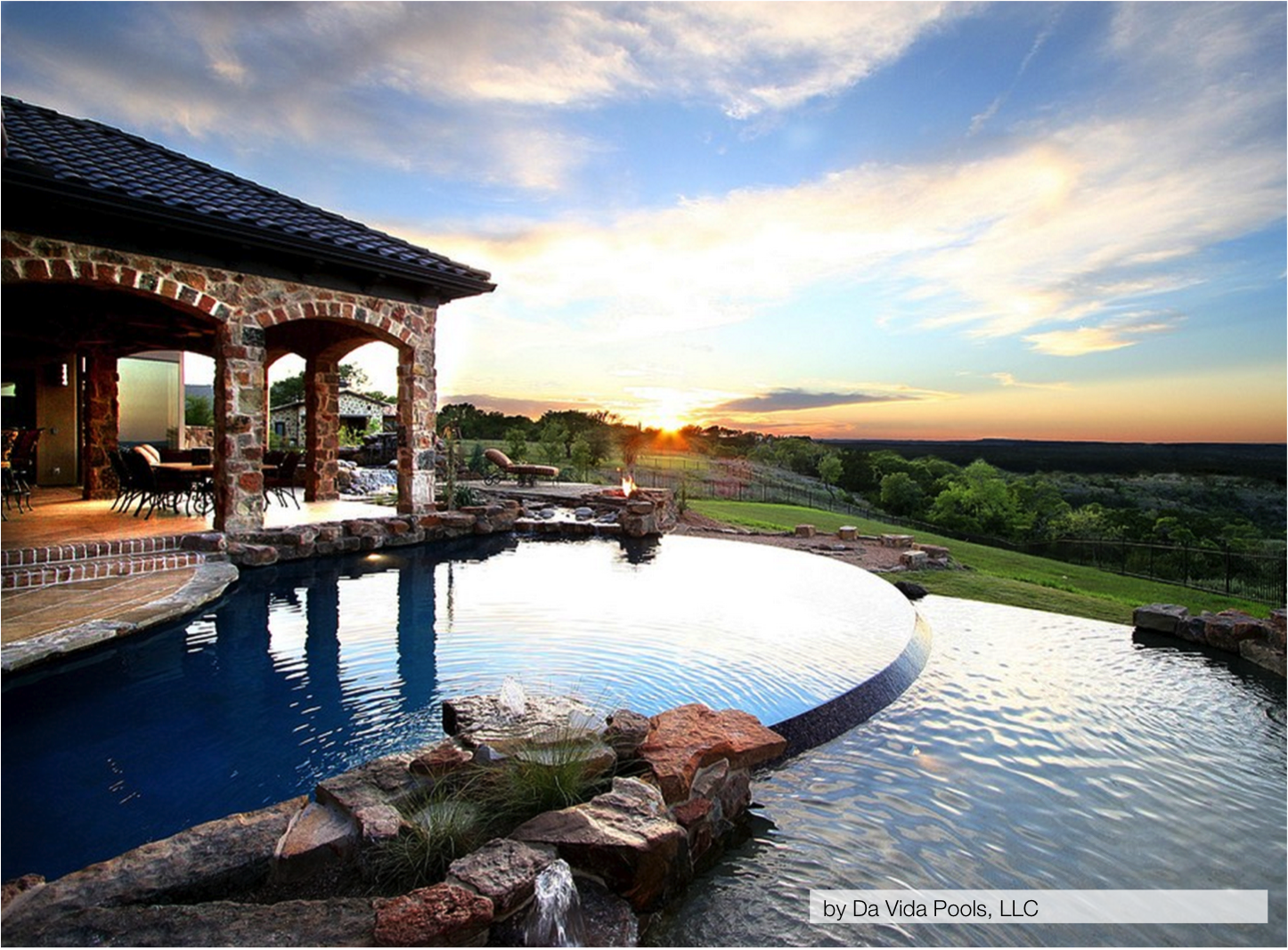 10 of the most stunning infinity pools homespree for Beautiful house with swimming pool